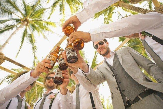 Группа друзей с пивом