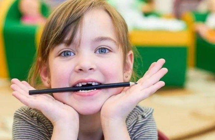 Девочка грызет карандаши